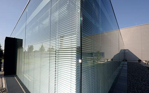 Fassade mit Sonnenschutz-System – Geschäftsgebäude