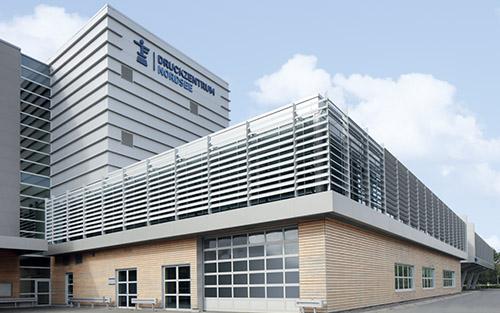Großformatiges Sonennschutz-System – Geschäftsgebäude